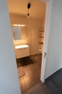 A bathroom at Nieuwbouw appartement op toplocatie met zongericht terras