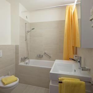 A bathroom at Aparthotel Al Lago