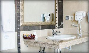 A bathroom at Alliance Hotel