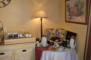 A restaurant or other place to eat at Auberge des Glycines