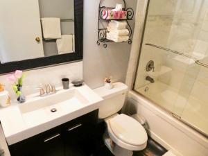 A bathroom at Belle Neige Suites: Whistler