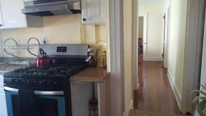 A kitchen or kitchenette at Flushing Meadows-Queensboro Hill Gem