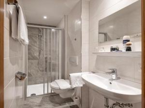 A bathroom at Hotel Alpenhof