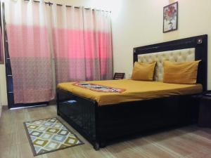 A bed or beds in a room at Hotel Tomstay