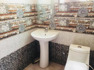 A bathroom at Hotel Tomstay