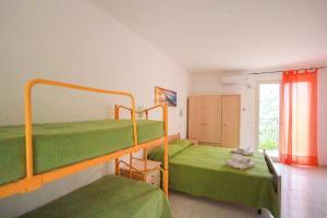 Letto o letti a castello in una camera di Residence Calavà