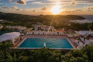 Vista sulla piscina di Appartamenti Ischia la Sentinella o su una piscina nei dintorni