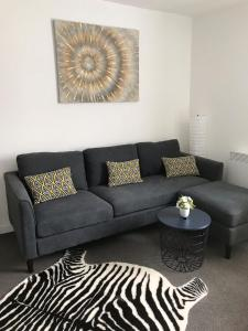 A seating area at 2 bed Apartment with 2 ensuites-near Train Station /Mayflower /City