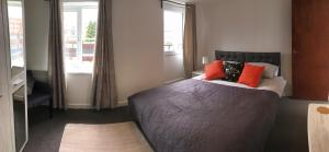 A bed or beds in a room at 2 bed Apartment with 2 ensuites-near Train Station /Mayflower /City