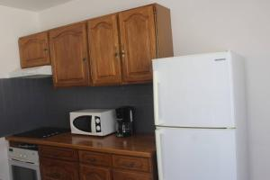 A kitchen or kitchenette at Agréable maison 4-5personnes, 75m2, centre village, jardin et wifi