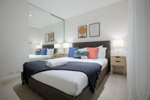 A bed or beds in a room at Stylish Luxurious Convenience 1BR @SouthYarra Melb