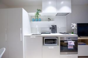 A kitchen or kitchenette at Stylish Luxurious Convenience 1BR @SouthYarra Melb