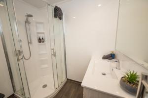 A bathroom at Getaway Te Anau