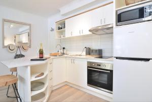 A kitchen or kitchenette at Paradise Port Douglas #201
