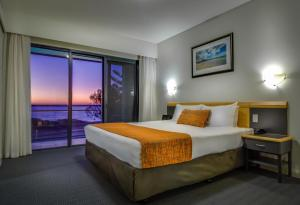 A bed or beds in a room at Quality Resort Sorrento Beach