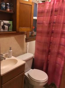 A bathroom at Cozy Homestay at University Circle