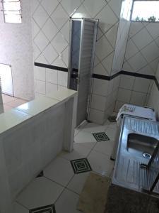 A kitchen or kitchenette at Casa da Mari no Centro de Madre de Deus