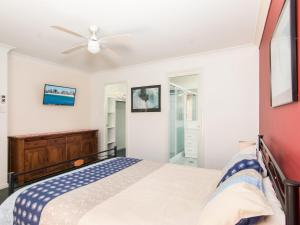 A bed or beds in a room at 1/54 Parkes, Airconditioned