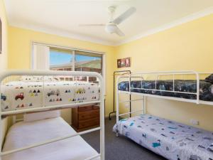 A bunk bed or bunk beds in a room at Bubsys Beach House at Pebbly