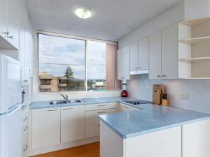 A kitchen or kitchenette at Ebbtide 25