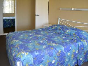 A bed or beds in a room at Fairholme 5, Opposite Lake