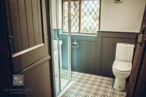 A bathroom at Farmhouse at Hampton Hill