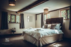 A bed or beds in a room at Farmhouse at Hampton Hill