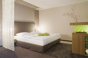 A bed or beds in a room at Mövenpick Hotel München-Airport