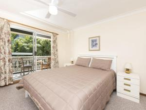A bed or beds in a room at Luskin Court 6