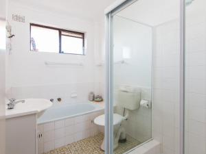 A bathroom at Seabreeze 4 Opposite Bowling Club
