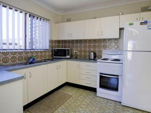 A kitchen or kitchenette at Seabreeze 6 Opposite Bowling Club