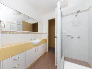 A bathroom at Sundek 18