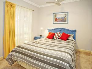 A bed or beds in a room at Whitesands G1