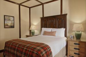 A bed or beds in a room at Fairmont Le Chateau Montebello