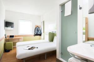 A bathroom at ibis budget Leeds Centre Crown Point Road