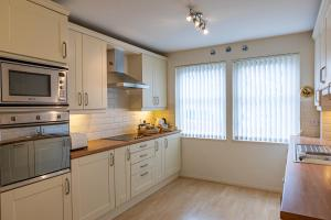 A kitchen or kitchenette at Cults Court Apartment