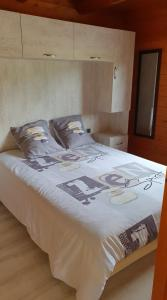 A bed or beds in a room at Domaine du Hulobiet