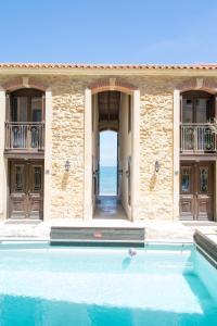 Бассейн в Creta Seafront Residences или поблизости