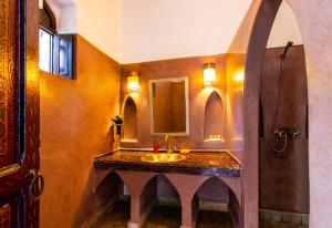A bathroom at Riad Anya
