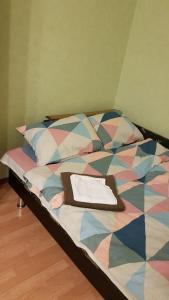 A bed or beds in a room at Зелёная квартира метро Силикатная 5 мин