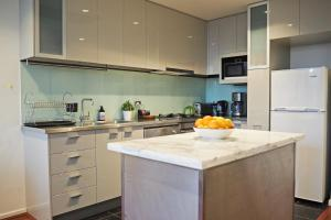 A kitchen or kitchenette at 2BR 2BTH + CAR = AMAZING SPACE MELBOURNE CBD VIEWS