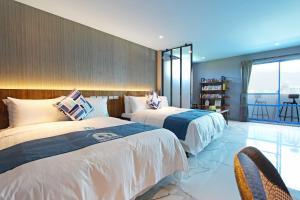 白色地中海房間的床