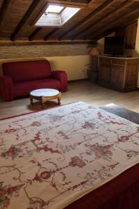"""A seating area at Casa Rural con encanto """"Los Postigos"""""""