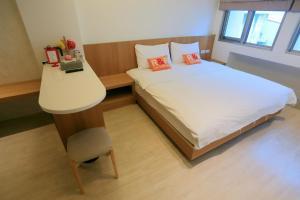 車站100米民宿房間的床