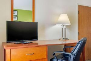 A television and/or entertainment center at Sleep Inn Macon I-75