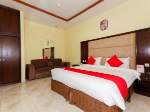 A bed or beds in a room at OYO 176 Hotel Safari Al Hada