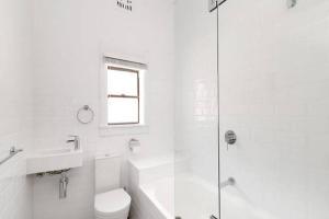 A bathroom at Centrally located Bondi Beach Studio