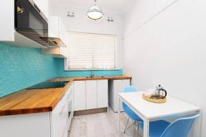 A kitchen or kitchenette at Centrally located Bondi Beach Studio