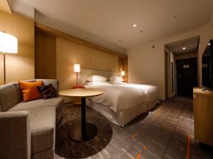 A bed or beds in a room at Sheraton Miyako Hotel Osaka