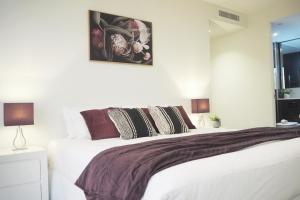 A bed or beds in a room at STYLISH 2BR 2BTH + CAR = HEART OF SOUTH YARRA